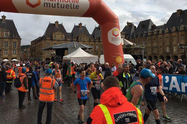Les coureurs à l'arrivée de la course Sedan-Charleville ce dimanche 6 octobre 2019.