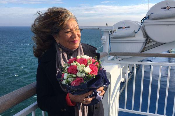 Teura Colas s'aprête à jetter un bouquet de fleurs en mémoire d'Alain Colas, disparu lors de la 1ère édition de la route du Rhum en 1978