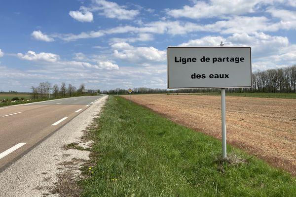 """Près de Langres, en Haute-Marne, deux lignes de partage des eaux se rencontrent et forment un """"point triple"""" hydrographique."""