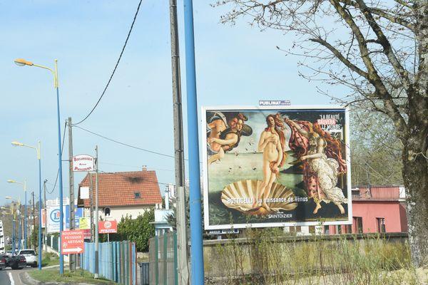 La naissance de Vénus, un tableau de Botticelli, sur un panneau publicitaire de Saint-Dizier en Haute-Marne.