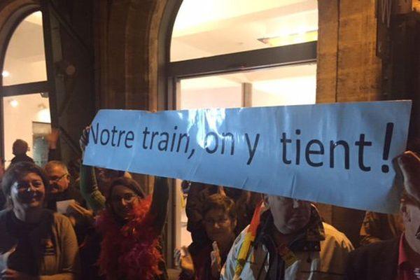 """Une manifestation du Collectif """"Oui au train de nuit"""" en gare de Perpignan décembre 2016."""