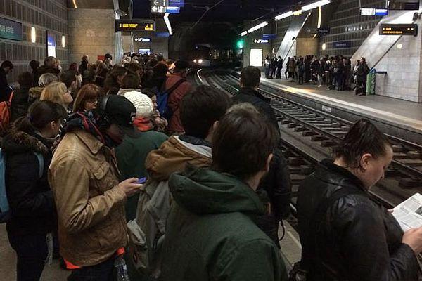 Rouen le 17 mars 2016 : de nombreux clients de la TCAR attendant à la station gare-rue Verte (dans la semi-pénombre et sans réseau téléphonique) le premier tramway après 55 minutes de grève...