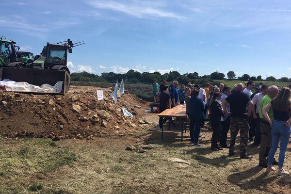 De nombreuses personnes sont venues apporter leur soutien à Gilbert Trenvouez qui veut installer son exploitation de poules à Lanrivain