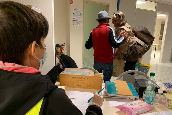 Accueil de SDF, hommes, femmes et famille par l'association Vendredi 13, dans les quartiers Nord de Marseille.