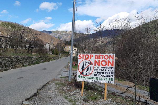Les opposants au projet de l'église de Saint-Pierre-de-Colombier, en Ardèche, demandant la suspension des travaux depuis des mois