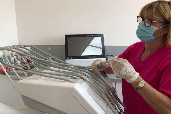 Depuis la reprise, la stérilisation des outils est renforcée dans les cabinets des chirurgiens-dentistes.
