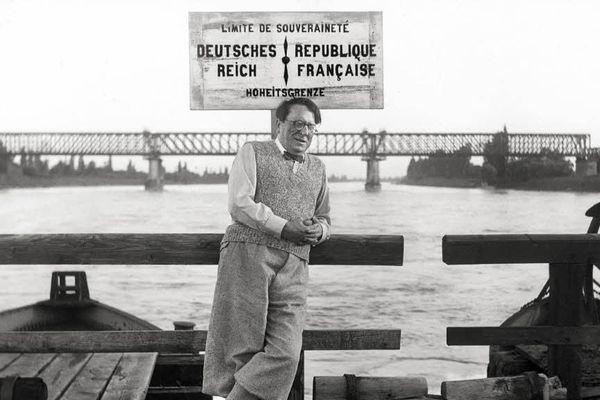 René Schickelé au bord du Rhin