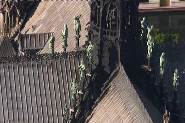 Les statues encore en place avant les travaux, sur le toit de Notre-Dame, autour de la flèche
