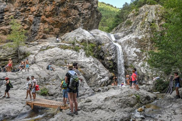 Pour profiter des Pyrénées en toute sécurité, il faut être bien équipé pour la marche en montagne et se baigner avec prudence : l'eau des cascades et bassins peut être froide.