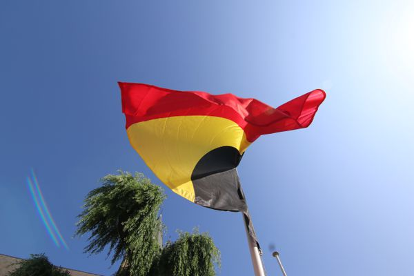 Le drapeau belge en berne devant l'église de Comines-Warneton, ce 20 juillet 2021.