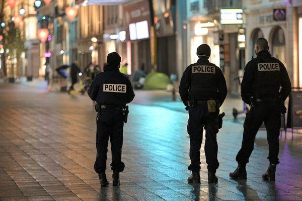 Durant la crise Covid, la Police nationale a déjà vu se rajouter à ses missions le contrôle des attestations de sortie et du couvre-feu comme ici à Lyon, en décembre 2020.