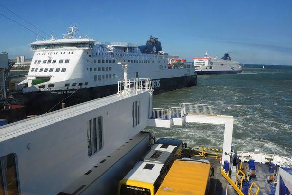 Des ferries dans le port de Calais.