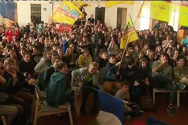 Ils étaient plus de 300 réunis dans la cafétaria du lycée Pierre de Coubertin de Font Romeu. Martin Fourcade, le Catalan, en a été l'élève. Et hier, comme aujourd'hui, ils l'ont tous soutenus. Ils ont crié et chanté la Marseillaise...