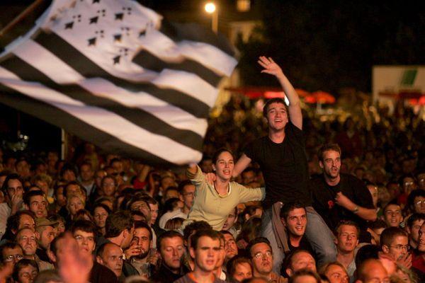 Foule à la nuit tombée lors du Festival Interceltique de Lorient