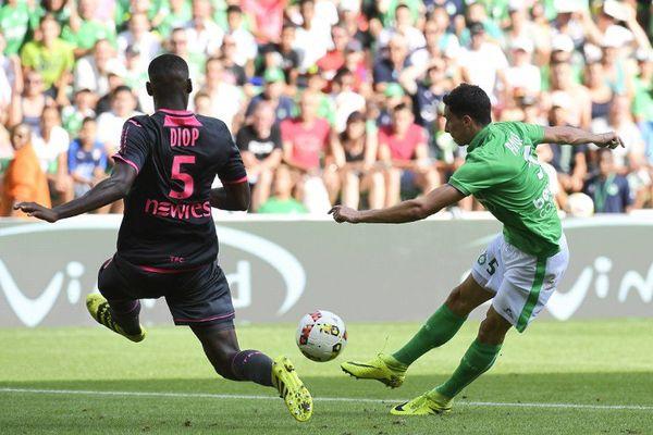 Le Vert Vincent Pajot (R) face à Issa Diop défenseur du TFC
