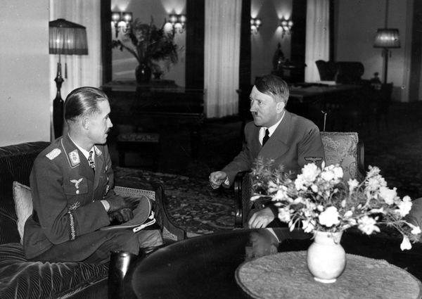 Adolf Galland (à gauche) reçu par Hitler pour la remise d'une médaille en septembre 1940.