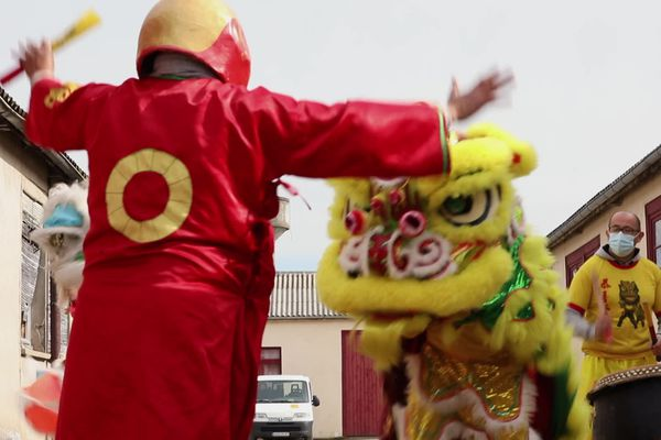Lors de la traditionnelle cérémonie du Têt (nouvel an vietnamien) France ira se jeter dans la gueule du dragon pour chasser les mauvais esprits.
