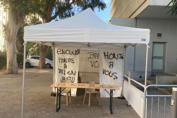 Plusieurs tags anti vaccin ont été dessinés dans un centre de vaccination de Nice.