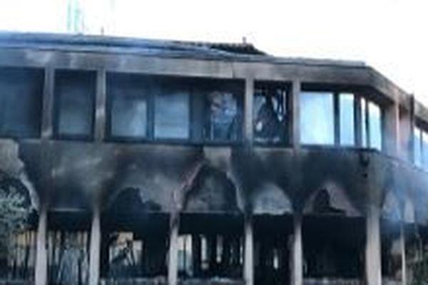 Les locaux du péage de Narbonne ont été incendiés par des casseurs.