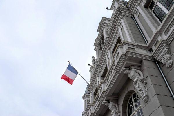 Le drapeau tricolore sur la façade de l'Hôtel de Ville d'Hénin-Beaumont dans le Pas-de-Calais. Le ciel restera gris ce mercredi 14 juillet 2021 dans les Hauts-de-France en ce jour de fête nationale.