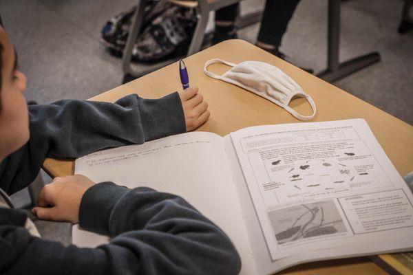 Illustration : le port du masque n'est pas obligatoire en classe pour les élèves.
