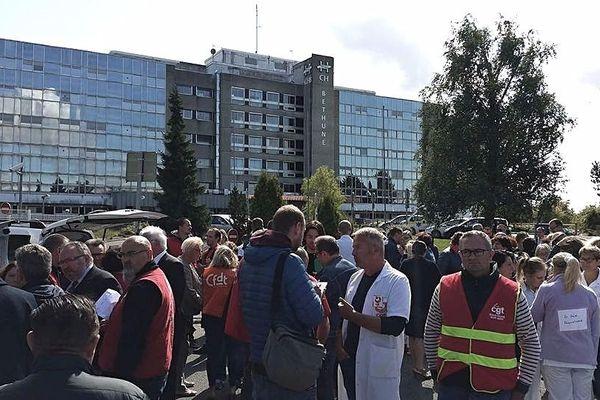 Une mobilisation face à l'hôpital de Béthune était organisée mardi.