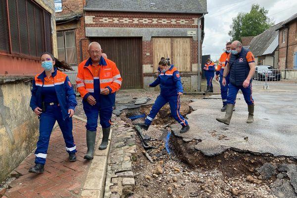 Une trentaine de personnes, notamment des personnes de la sécurité civile s'attellent au nettoyage des rues.
