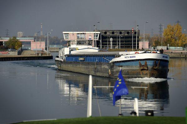 Une péniche s'apprête à franchir une écluse sur le port autonome de Strasbourg.