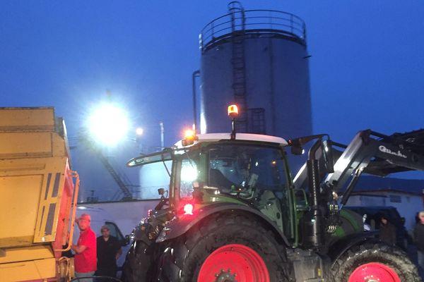 Comme annoncé, des agriculteurs ont répondu à l'appel de la FNSEA, le principal syndicat agricole français et se sont donné rendez-vous devant le dépôt de carburant de Cournon-d'Auvergne, dans le Puy-de-Dôme. Un blocage du site pétrolier débuté dimanche 10 juin, à 21H30, afin de dénoncer les «incohérences du gouvernement qui les force à respecter des normes auxquelles ne sont pas soumis certains produits importés.