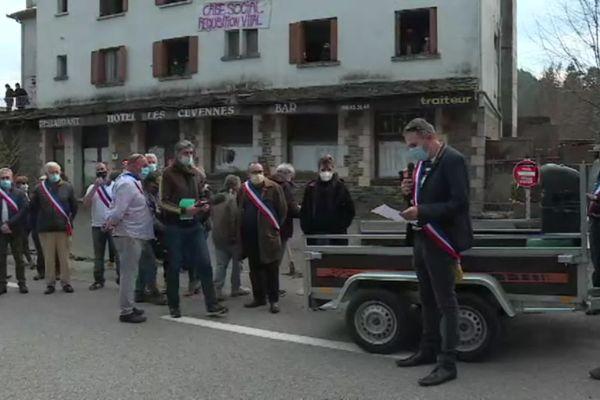 Les élus se sont rassemblés devant l'hôtel squatté pour protester contre l'occupation des lieux
