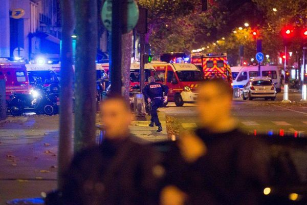 Des forces de police, près de la salle de spectacles du Bataclan, à Paris, vendredi 13 novembre.