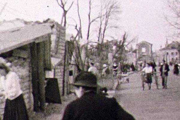 C'était le 25 août 1944. Dès le surlendemain, cette image est prise. on voit des riverains tenter de récupérer quelques affaires personnelles.