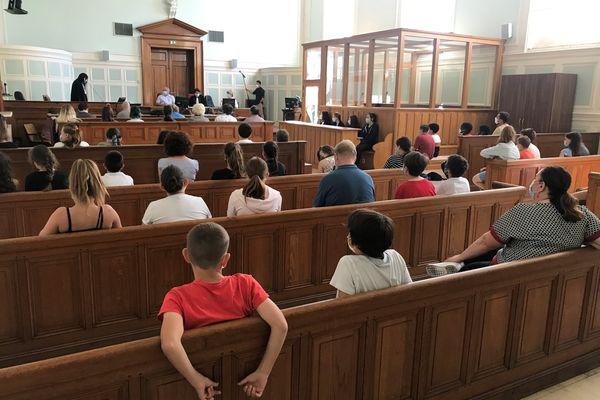 Les écoliers écoutent attentivement le réquisitoire du procureur, au palais de justice de Reims, le 11 juin 2021.