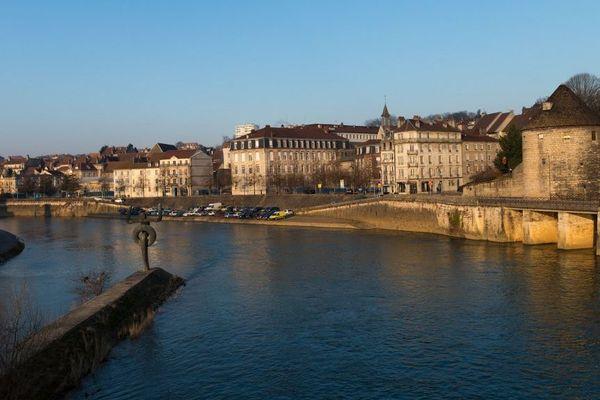 Les trois personnes ont été secourues dans le Doubs à Besançon.