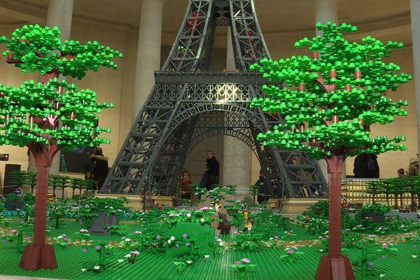 150.000 briques ont été nécessaires à la construction de cette tour Eiffel en Lego.