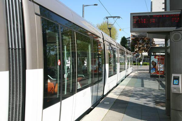 Une borne d'achat et un valideur de tickets de tramway à Strasbourg.