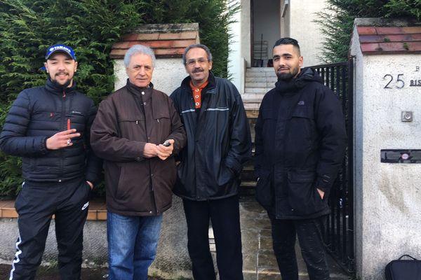 Youcef, 76 ans (deuxième en partant de la gauche), avec un voisin et deux jeunes de Garges-lès-Gonesse. Le septuagénaire a pu récupérer sa maison qui était squattée.