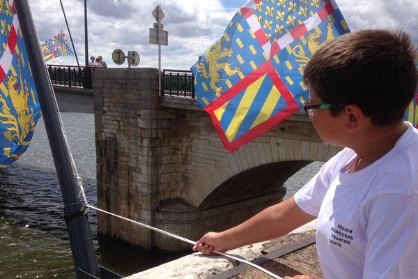 Dix-sept enfants du centre aéré de Saint-Jean-de-Losne étaient présents à la levée des drapeaux.