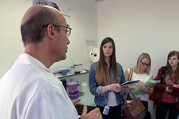 Ce directeur de recherches en neuro-sciences à l'INSERM  explique son métier à des lycéens.