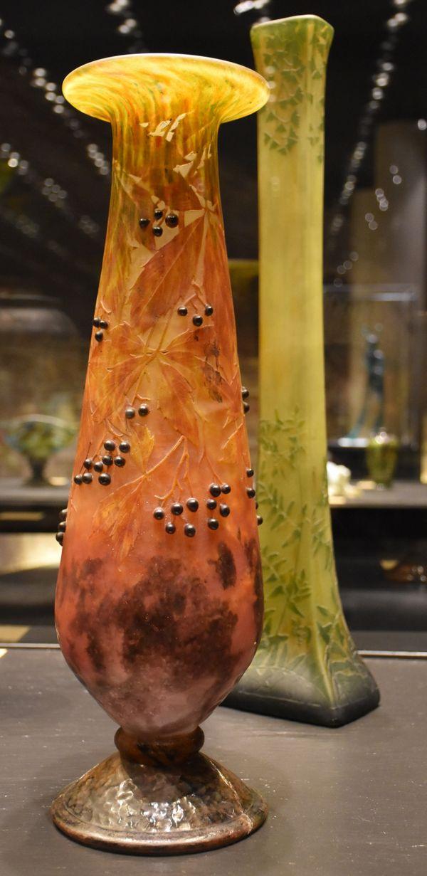 Vase branche de vigne vierge