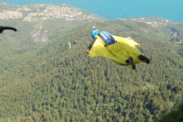 Illustration : un base jumper, discipline de haut vol