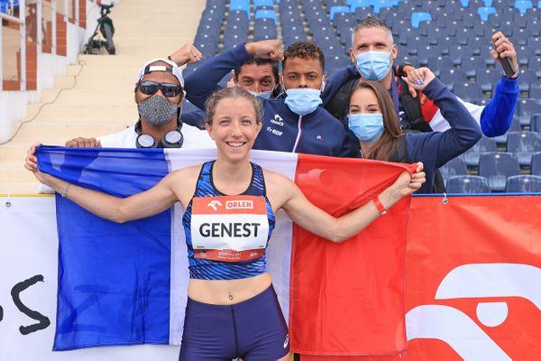Manon Genest médaille d'argent en longueur T37 avec Typhaine Soldé ( à droite de la photo) en compétition pour le saut en longueur T64.