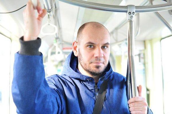 """Allan Touchais prend le tram pour se rendre à son travail, """"les gens ne se parlent pas, j'aime aller frapper à leur bulle"""", ainsi naissent les inconnus du tramway"""