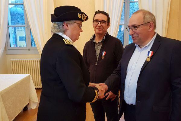 Lundi 28 octobre, la préfète de l'Allier a remis la médaille de bronze pour acte de courage et de dévouement à deux postiers de Montluçon