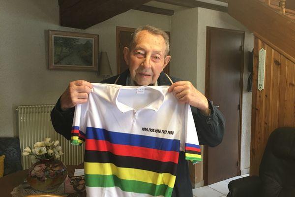 André Dufraisse posant avec un tee-shirt commémorant ses 5 victoires comme champion du monde de cyclo-cross