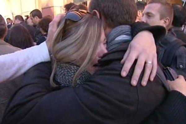 L'émotion des salariés à la sortie du tribunal de commerce.