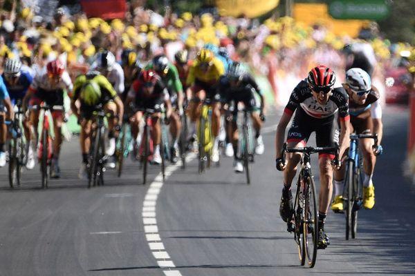 L'Irlandais Daniel Martin dans les derniers mètres, devant le Français Pierre Latour, en route pour remporter la 6e étape du Tour de France 2018, entre Brest et Mur-de-Bretagne Guerlédan, le 12 juillet.