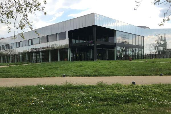 La piscine de la Kibitzenau est fermée au public depuis le 14 mars dernier. Les poloistes professionnels du Team Strasbourg ont pu s'y entraîner une semaine de plus, mais n'ont plus mis les pieds dans l'eau depuis le 24 mars.