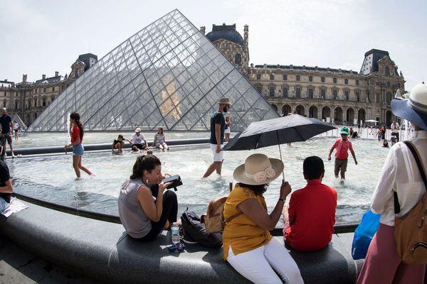 Le Louvre est le musée le plus visité au monde avec plus de 9 millions de visiteurs par an.