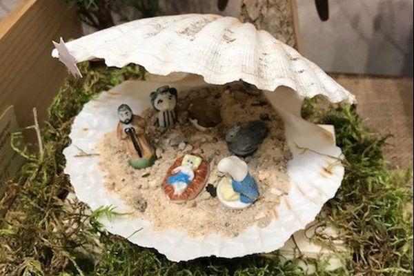La créativité est sans limites : ici, une crèche dans une coquille Saint-Jacques.